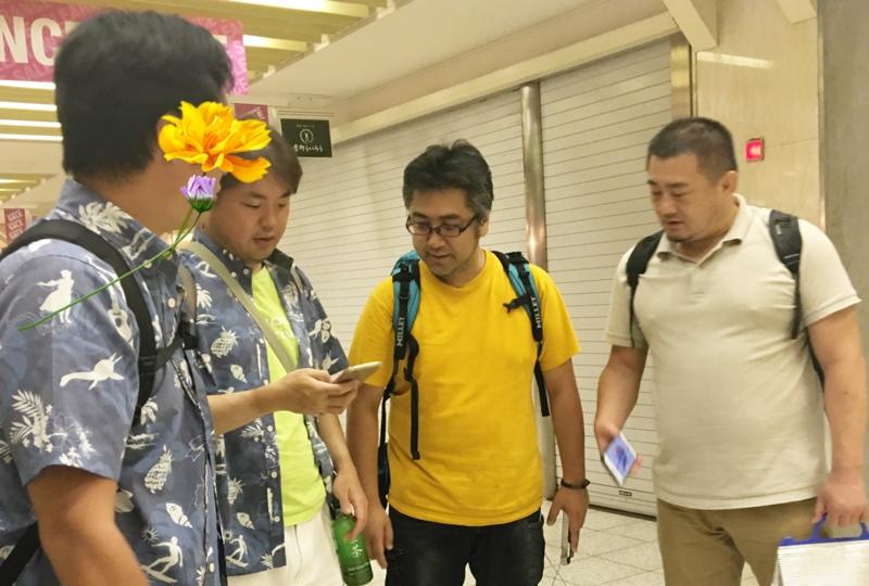 名古屋駅地下街でモーニングの喫茶店を探すオジさんたち