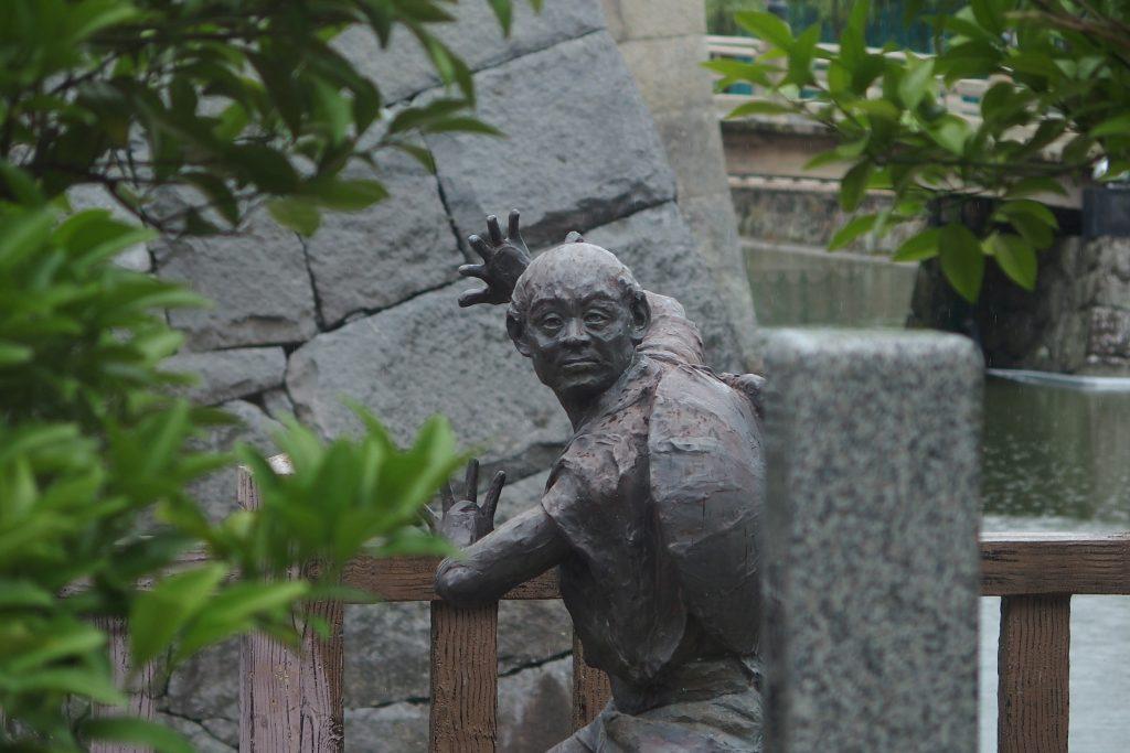 なんかの銅像